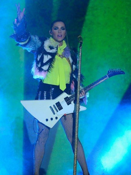 Ke$ha plays the Kids Choice Awards 2013