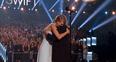 Taylor Swift and mum hug at Country Music Awards