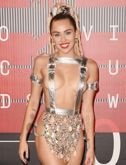 Miley Cyrus arrives at the 2015 MTV Video Music Aw