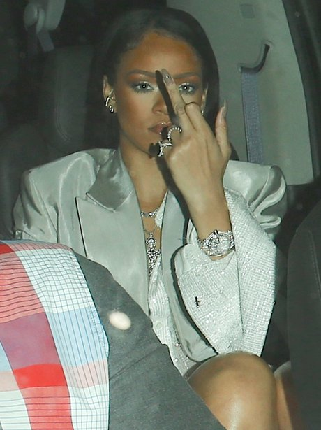 Rihanna swears at the paps